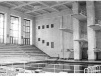 Bundesarchiv Bild 183-33322-0004 Rostock Schwimmhalle Sprungturm