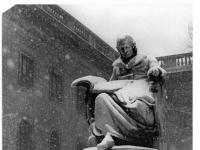 Bundesarchiv Bild 183-36088-0006, Berlin, Unter den Linden, Humboldt-Denkmal, Winter