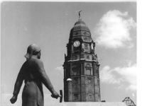 Bundesarchiv_Bild_183-38684-0006,_Dresden,_Denkmal_der_Trümmerfrauen