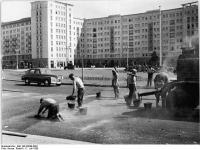 Bundesarchiv_Bild_183-39649-0001,_Berlin,_Karl-Marx-Allee,_Strausberger_Platz