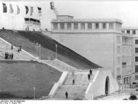 Bundesarchiv_Bild_183-40000-0092,_Leipzig,_Zentralstadion,_Haupteingang