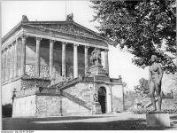 Bundesarchiv_Bild_183-41736-0004,_Berlin,_Nationalgalerie,_Statue