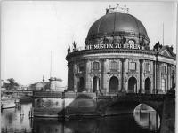 Bundesarchiv_Bild_183-41736-0005,_Berlin,_Bodemuseum,_Monbijoubrücke