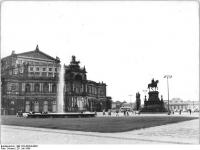 Bundesarchiv_Bild_183-42354-0003,_Dresden,_Theaterplatz,_Semper-Oper