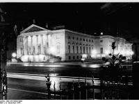 Bundesarchiv Bild 183-43292-0002, Berlin, Unter den Linden, Staatsoper, Nacht