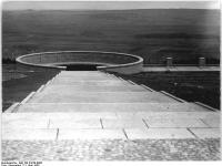 Bundesarchiv Bild 183-54728-0006, Gedenkstätte Buchenwald, Straße der Freiheit, Ringgrab 3