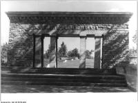 Bundesarchiv Bild 183-56769-0005, Gedenkstätte Buchenwald, Stelenweg, Portal