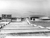 Bundesarchiv Bild 183-57991-0005, Gedenkstätte Buchenwald, Ringgrab 1, Stelenweg