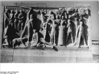 Bundesarchiv Bild 183-57991-0008, Gedenkstätte Buchenwald, Stelenweg, Stele, Relief