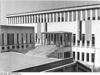 Bundesarchiv_Bild_183-65097-0003,_Leipzig,_Universität,_Psychologisches_Institut,_Eingang