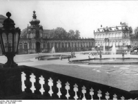 Bundesarchiv_Bild_183-65331-0001,_Dresden,_Zwinger,_Kronentor
