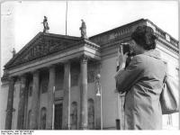 Bundesarchiv_Bild_183-72922-0001,_Berlin,_Deutsche_Staatsoper,_Außenansicht