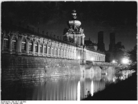 Bundesarchiv_Bild_183-77128-0002,_Dresden,_Zwinger,_Kronentor