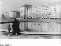 Bundesarchiv Bild 183-82202-0001 Magdeburg Wilhelm-Pieck-Allee Neubauten