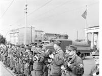 Bundesarchiv_Bild_183-85458-0002,_Berlin,_Mauerbau,_Kampfgruppen_am_Brandenburger_Tor