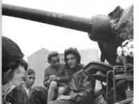 Bundesarchiv_Bild_183-85501-0003,_Berlin,_Mauerbau,_Schüler-Besuch_bei_Panzersoldaten