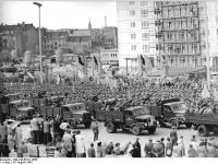 Bundesarchiv Bild 183-85711-0006, Berlin, Mauerbau, Kampfgruppen, Appell