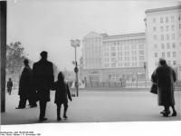 Bundesarchiv_Bild_183-88145-0003,_Berlin,_Blick_in_die_Frankfurter_Allee
