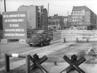 Bundesarchiv_Bild_183-88832-0004,_Berlin,_Mauerbau,_Friedrichstraße
