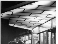 Bundesarchiv Bild 183-B1108-0003-001, Berlin, Alexanderplatz, HO-Warenhaus, Eingang, Nacht