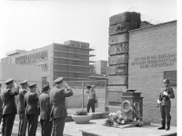 Bundesarchiv Bild 183-C0721-0010-001, Berlin, CSSR-Militärdelegation an Berliner Mauer