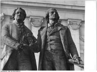 Bundesarchiv_Bild_183-E0108-0008-021,_Weimar,_Goethe-Schiller-Denkmal,_Nationaltheater