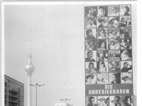 Bundesarchiv Bild 183-G1005-0016-001, Berlin, Karl-Marx-Allee, Werbung Vietnam-Fotoausstellung