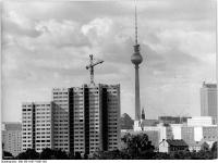 Bundesarchiv_Bild_183-H1017-0301-002,_Berlin,_Fernsehturm,_Wohnhochhäuser