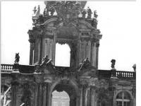 Bundesarchiv_Bild_183-H1128-0011-001,_Dresden,_Zwinger,_Kronentor,_Winter