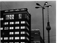 Bundesarchiv Bild 183-K0611-0001-015, Berlin, Neubau des ADN, Nacht
