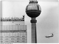 Bundesarchiv_Bild_183-K0617-0001-157,_Berlin,_Fernsehturm,_Hubschrauber_Mil_Mi-12