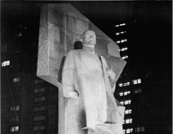 Bundesarchiv Bild 183-K0819-0021, Berlin, Leninplatz, Lenin-Denkmal, Appell, Nacht