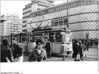 Bundesarchiv_Bild_183-K1119-0309,_Leipzig,_Straßenbahnhaltestelle