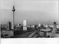 Bundesarchiv_Bild_183-L0301-0325,_Berlin,_Rotes_Rathhaus,_Gericht,_Fernsehturm