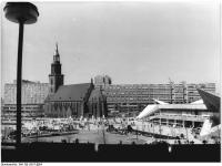 Bundesarchiv_Bild_183-L0517-0004,_Berlin,_St._Marienkirche,_Wasserspiele_am_Fernsehturm