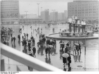 Bundesarchiv Bild 183-L0520-0029, Berlin, Alexanderplatz, Springbrunnen, Kongresshalle