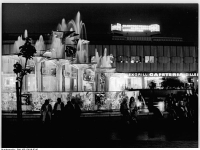 Bundesarchiv Bild 183-L0819-0310, Berlin, Alexanderplatz, Springbrunnen, Nacht