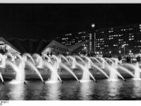 Bundesarchiv_Bild_183-L0819-0311,_Berlin,_Springbrunnen_am_Fuße_des_Fernsehturms,_Nacht