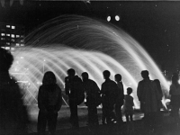 Bundesarchiv_Bild_183-L0820-0012,_Berlin,_Springbrunnen_am_Fuße_des_Fernsehturms,_Nacht