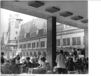 Bundesarchiv_Bild_183-L0904-0119,_Leipzig,__Altes_Rathaus_,_Freiluftcafé