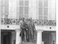 Bundesarchiv_Bild_183-M0719-0307,_Weimar,_Theaterplatz,_Goethe-Schiller-Denkmal,_Nationaltheater