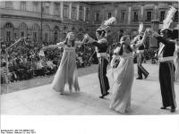 Bundesarchiv_Bild_183-N0608-0101,_Weimar,_15._Arbeiterfestspiele,_polnische_Tanzgruppe