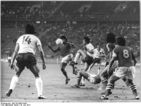 Bundesarchiv_Bild_183-N0618-0041,_X._Fußball-WM,_Berlin,_DDR_-_Chile_1-1