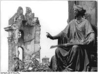 Bundesarchiv_Bild_183-P0211-0300,_Dresden,_Frauenkirche,_Ruine