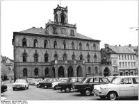 Bundesarchiv_Bild_183-P0417-0326,_Weimar,_Rathaus,_Parkplatz