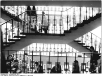 Bundesarchiv_Bild_183-P0421-0015,_Leipzig,_Uinveristät,_Seminargebäude,_Treppenhaus