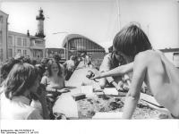 Rostock, Strandpromenade, Souvenirverkauf (6 Juli 1975)