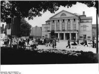 Bundesarchiv_Bild_183-P1003-0011,_Weimar,_Theaterplatz,_Goethe-Schiller-Denkmal,_Nationaltheater