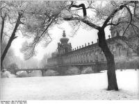 Bundesarchiv_Bild_183-R0319-0019,_Dresden,_Zwinger,_Kronentor,_Winter
