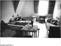 Bundesarchiv_Bild_183-R0327-0003,_Leipzig,_Jugendherberge,_Zimmer